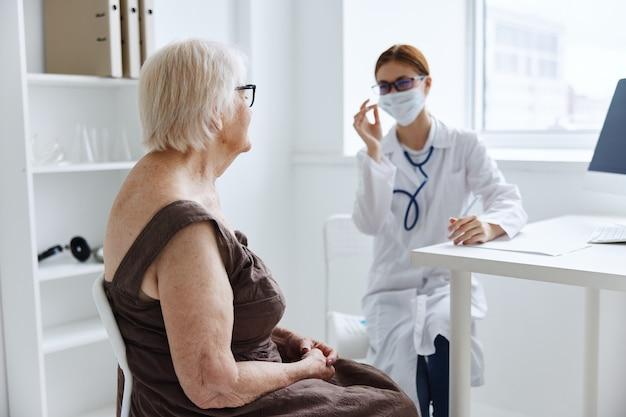 診療所患者診察医療の医師