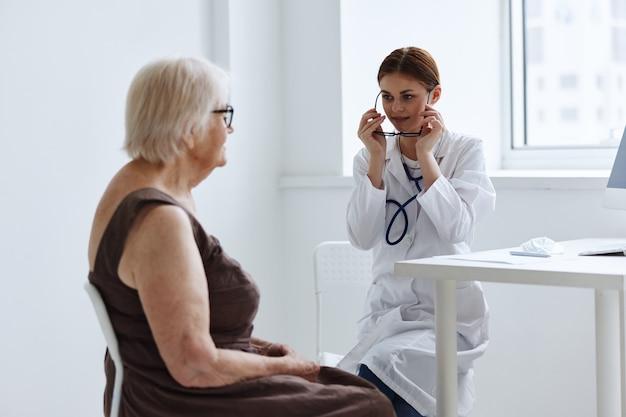 診療所の医師患者検査健康診断