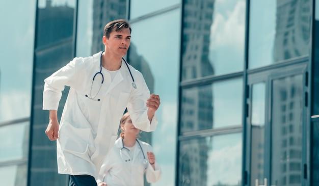 患者への電話で走っている医師のインターン