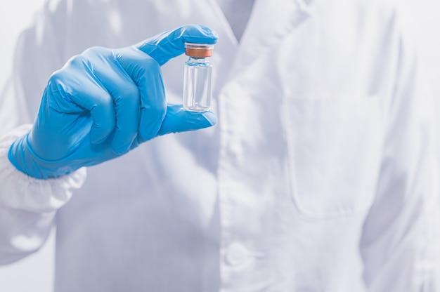 医師や科学者は、ワクチンを使用してcovid-19と戦ったり、他の病気を信じたりしています