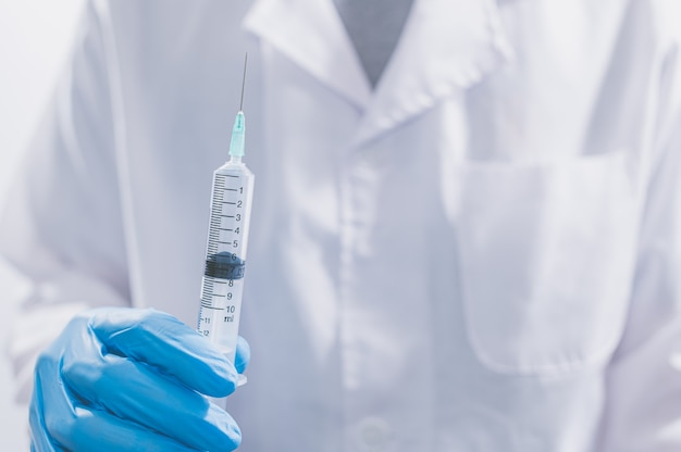 医師や科学者は、ワクチンを使用してcovid-19と戦ったり、他の病気を信じたりしています。