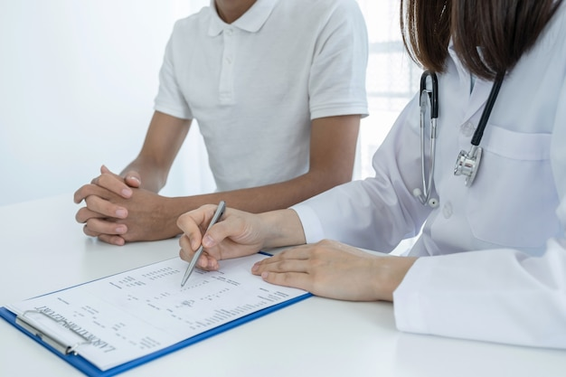 Врачи сообщают о результатах обследования и рекомендуют пациентам лекарства.