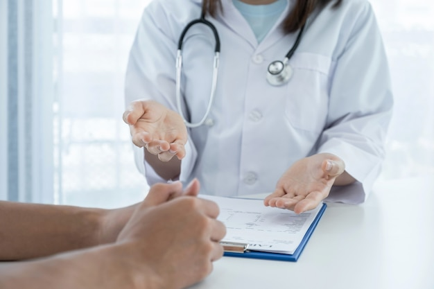 Doctors report health examination results and recommend medication to patients.