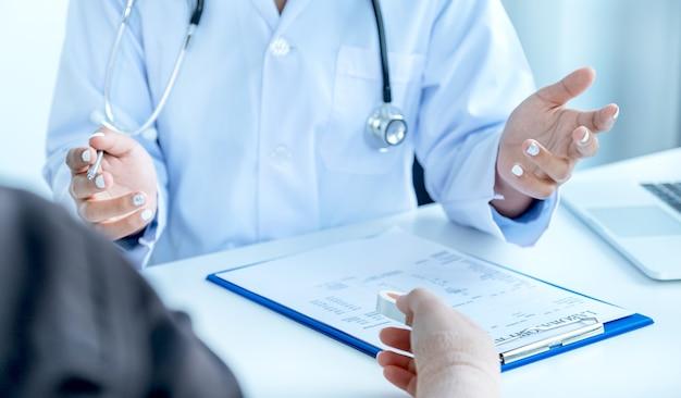 의사들은 팔 사고 환자에게 약을 추천하기 위해 건강 검진 결과를 보고합니다.