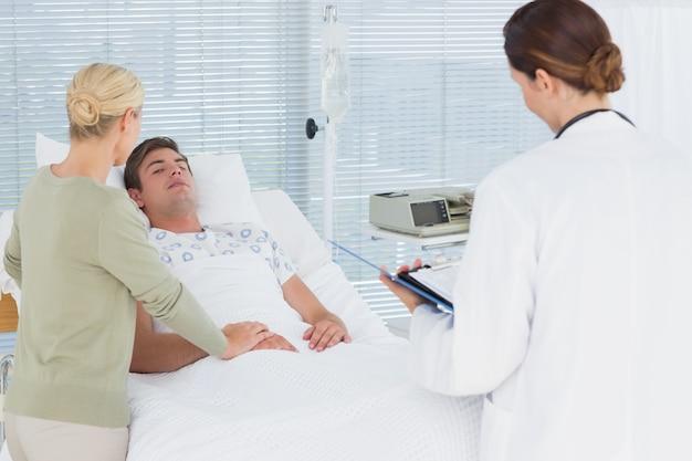 환자를 돌보는 의사