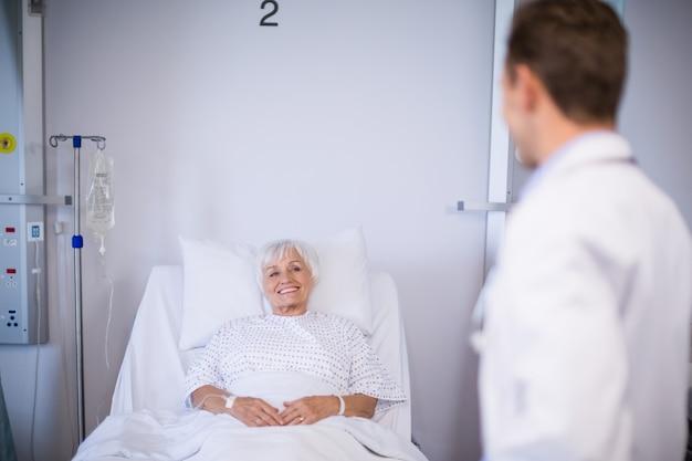 上級の患者と話している医師