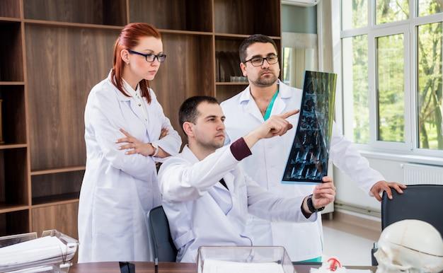 病院で評議会を持つ医師チーム。医学的問題を議論します。