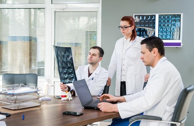 病院で評議会を持つ医師チーム。