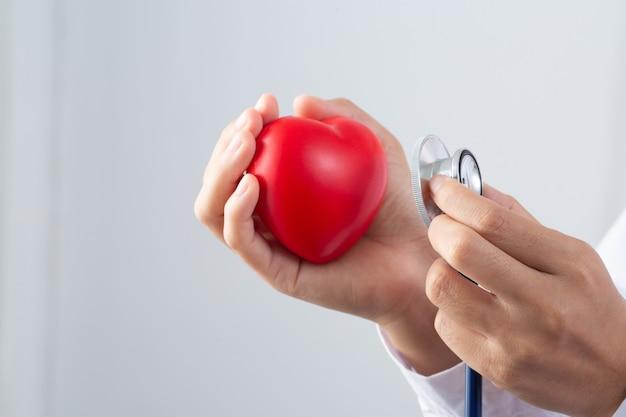 心臓病を治療する医師