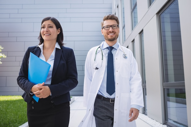 病院の敷地内で一緒に歩く医師