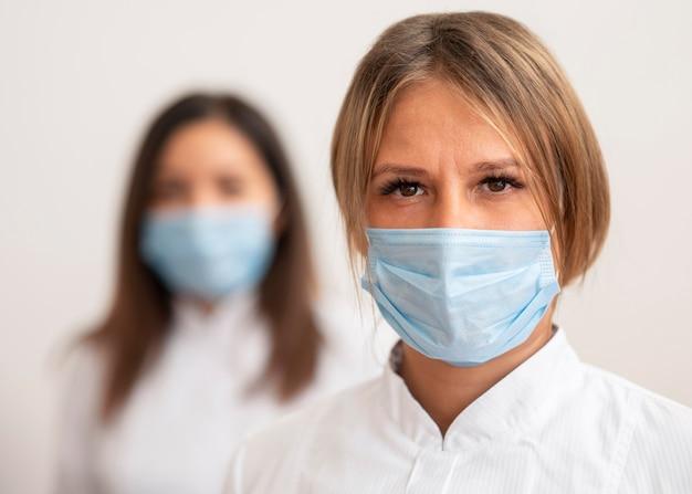 Medici che indossano una maschera facciale