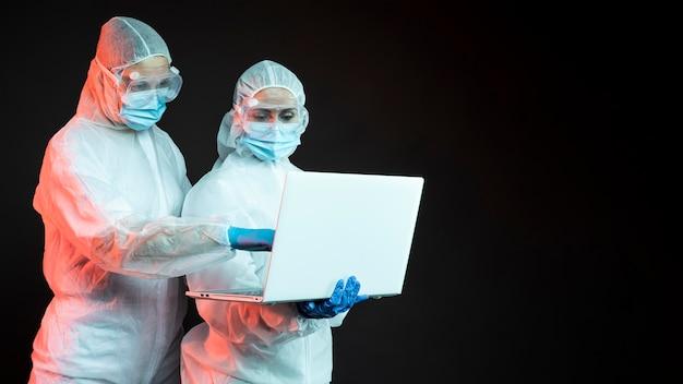 Врачи, носящие защитное медицинское оборудование с копией пространства