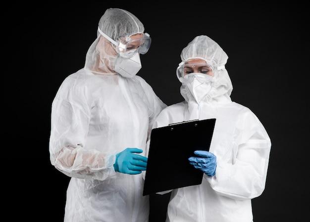 Medici che indossano indumenti protettivi