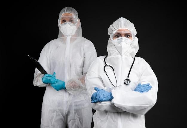 Врачи в специальном медицинском оборудовании