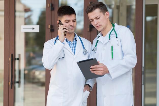 医者とタブレットとスマートフォン