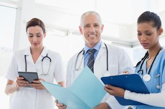 医師が医療事務所にいる患者と一緒に働く