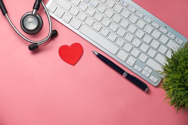 Рабочее место врача с контейнерной клавиатурой и рецептом на столе