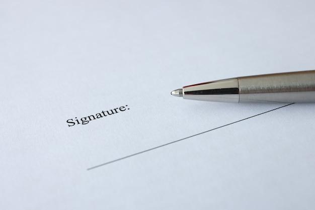 서명을 위한 문서와 펜은 계약 및 계약 개념에 서명하는 테이블에 있습니다.