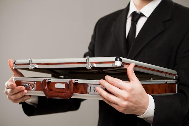Документ дела в руках бизнесмена