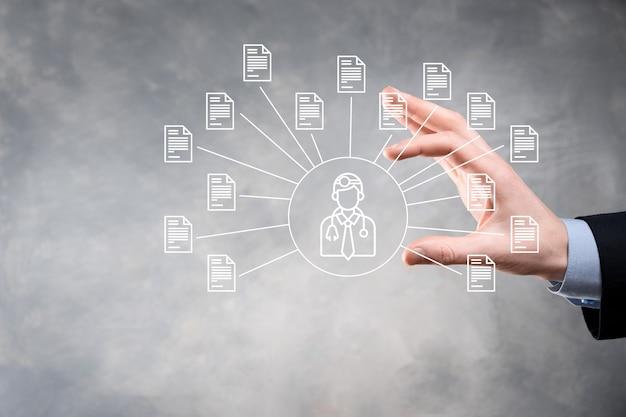 문서 관리 시스템 dms .businessman 보유 의사 및 문서 아이콘 기업 파일 및 정보 보관, 검색 및 관리를위한 소프트웨어 인터넷 기술 개념 디지털 보안