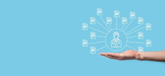 Система управления документами dms. деловой человек держит врача и значок документа. программное обеспечение для архивирования, поиска и управления корпоративными файлами и информацией. концепция интернет-технологий. цифровая безопасность.