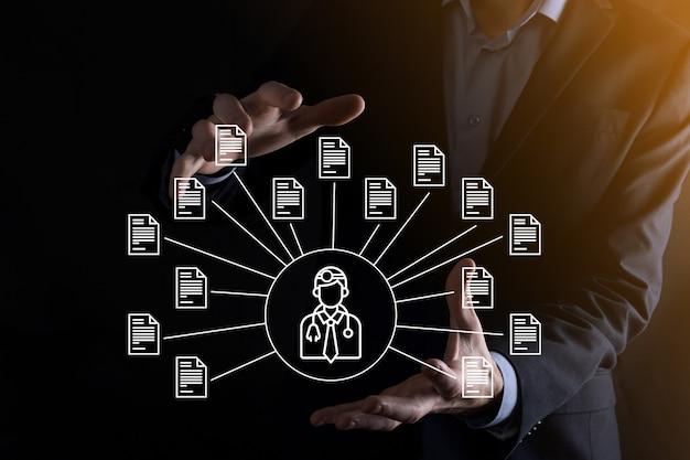문서 관리 시스템 dms .businessman 보유 의사 및 문서 아이콘입니다. 기업 파일 및 정보를 보관, 검색 및 관리하기 위한 소프트웨어입니다. 인터넷 기술 개념입니다. 디지털 보안