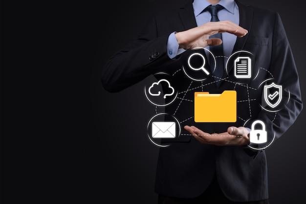문서 관리 시스템 dms .businessman 보유 폴더 및 문서 아이콘입니다. 기업 파일 및 정보를 보관, 검색 및 관리하기 위한 소프트웨어입니다.