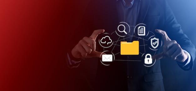 문서 관리 시스템 dms .businessman 폴더 및 문서 아이콘 보관, 기업 파일 및 정보 보관, 검색 및 관리를위한 소프트웨어 인터넷 기술 개념 디지털 보안
