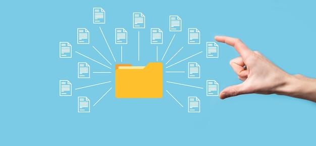 Система управления документами dms. деловая папка и значок документа. программное обеспечение для архивирования, поиска и управления корпоративными файлами и информацией. концепция интернет-технологий. цифровая безопасность.