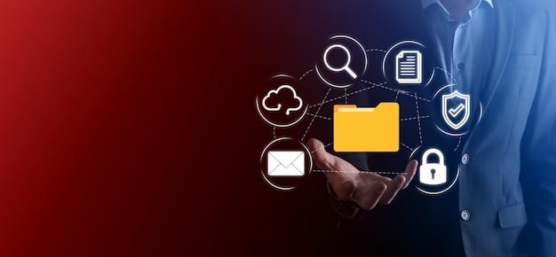 문서 관리 시스템 dms .businessman은 폴더 및 문서 아이콘을 보유합니다. 회사 파일 및 정보를 보관, 검색 및 관리하기 위한 소프트웨어입니다.