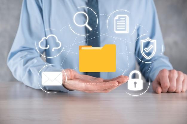 Система управления документами dms. деловой человек держит папку и значок документа. программное обеспечение для архивирования, поиска и управления корпоративными файлами и информацией. концепция интернет-технологий. цифровая безопасность.