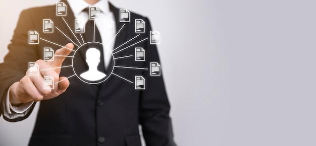 Система управления документами dms. деловой человек держит значок пользователя и документа. программное обеспечение для архивирования, поиска и управления корпоративными файлами и информацией. концепция интернет-технологий. цифровая безопасность.