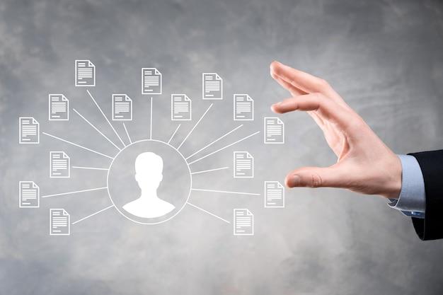문서 관리 시스템 dms .businessman 보유 사용자 및 문서 아이콘 기업 파일 및 정보 보관, 검색 및 관리를위한 소프트웨어 인터넷 기술 개념 디지털 보안