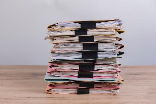 オフィスデスクに積み重ねられた文書。