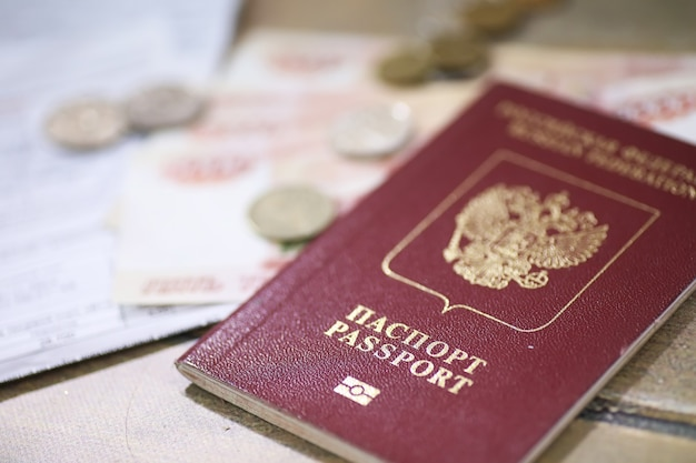床にある書類とお金ロシアのパスポートと通貨