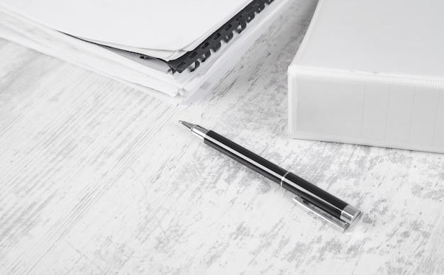 Документы и ручка. рабочий стол. офис Premium Фотографии