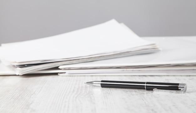 書類とペン。ビジネスデスク。オフィス