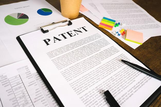 発明の特許登録のための文書。