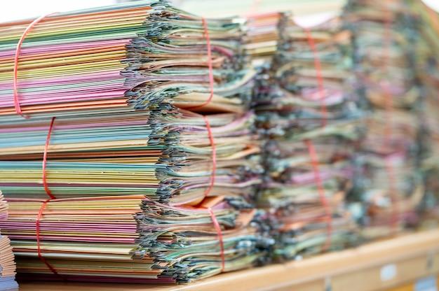 リサイクルのために事務机に置かれた書類。 Premium写真