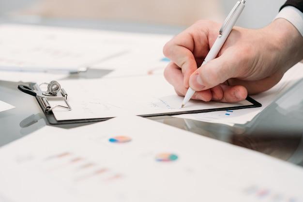 ドキュメントがサインアップします。メモ帳に手書きのスケジュール