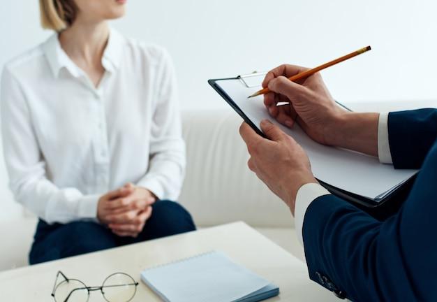 Документы женщина на диване и деловой человек в офисе