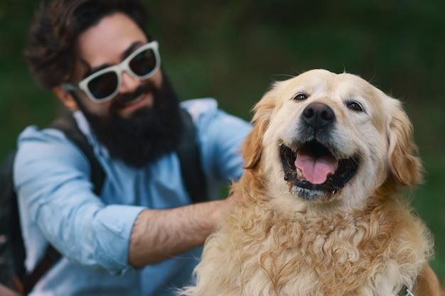 Собака и его владелец - классная собака и молодой человек с удовольствием