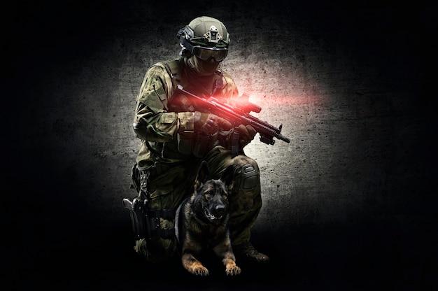 訓練を受けた羊飼いと一緒にスタジオでポーズをとる犬のハンドラー。国境保護、空港、クリアランスの概念。ミクストメディア
