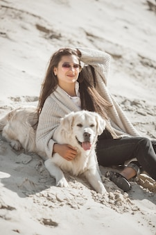 Владелец собаки с домашним животным на улице