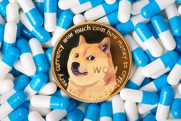 青と白のカプセルの間のドージコイン