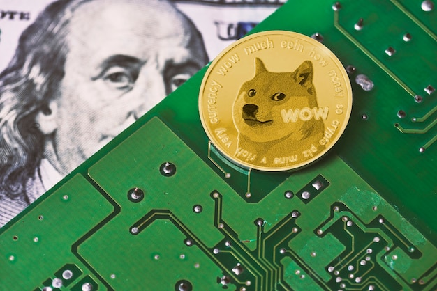 Dogecoin на поверхности материнской платы компьютера и печатная плата банкноты доллара сша банкноты доллара сша ...