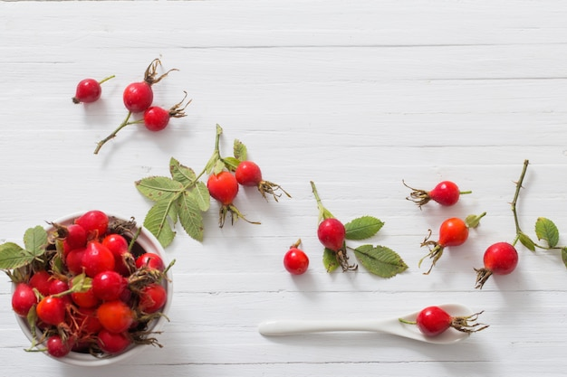 木製の背景にdogroseの果実