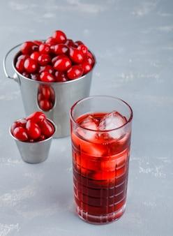 漆喰、高角度のビューでバケツにドリンクを飲みながらハナミズキの果実。