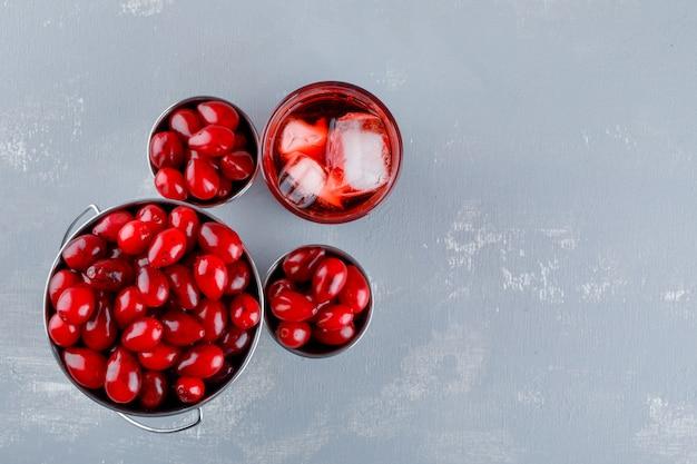 石膏のミニバケツでドリンクを飲みながらハナミズキの果実。