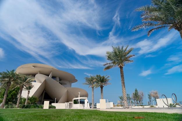 Доха, катар. пейзаж с национальным музеем катара в солнечный день. Premium Фотографии